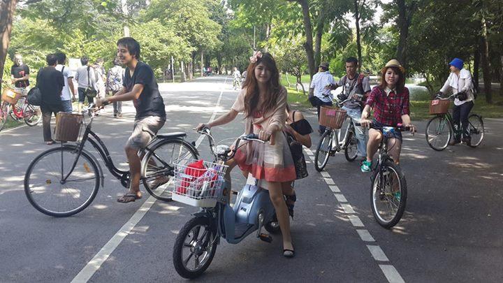สาวๆปั่นจักรยานไฟฟ้าออกกำลังกาย