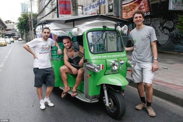 สามหนุ่ม (ซ้ายไปขวา) Remy Fernandes-Dandre, Ludwig Merz และ Karen Koulakian จะเดินทางด้วยตุ๊กๆไฟฟ้าจากกรุงเทพฯไปฝรั่งเศส