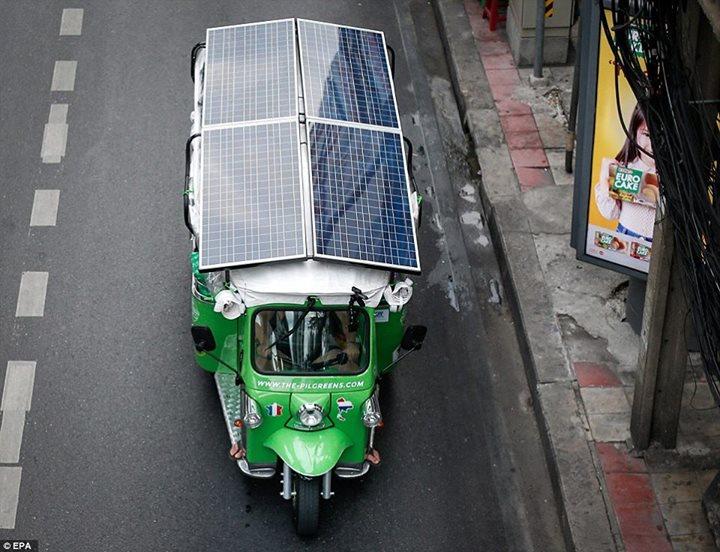 ด้วยรถตุ๊กๆไฟฟ้า กับแผงโซล่าเซลจะเป็นแหล่งพลังงานที่จำช่วยทำให้ตุ๊กๆคันนี้วิ่งในเส้นทางยูโรเอเชีย เป็นระยะทางกว่า 20,000 กม กว่า 120 วัน
