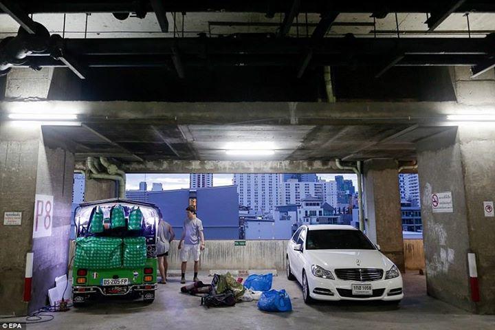 ช่างภาพ ชาวอาเจนติน่า Diego Azubel ตากล้องที่ถ่ายรูปชุดนี้เอาไว้ก่อนที่นักศึกษาจะเก็บของลงในรถก่อนการเดินทางจากกรุงเทพ